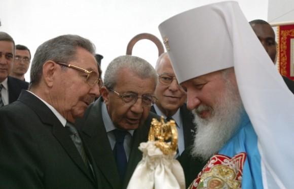 Raúl Castro saluda al Patriarca ruso Kirill, en Moscú. Foto: TASS