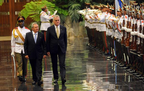 El presidente Raúl Castro recibe a su homólogo serbio. Foto: Abel Padrón/AIN