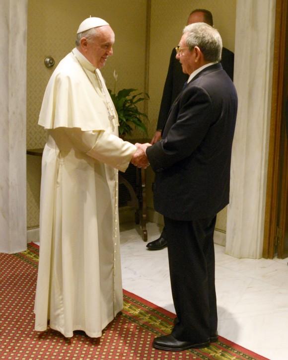 Raúl y el Papa Francisco en el Vaticano, 10 de mayo de 2015. Estudios Revolución