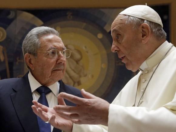 Raúl Castro y el Papa Francisco en el Vaticano. Foto: AFP