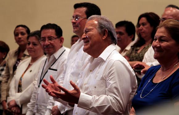 Salvador Sánchez Cerén (C), Presidente de la República de El Salvador, durante una presentación de la compañía infantil La Colmenita, en la sede de la compañía, en La Habana. Foto: Ladyrene Pérez/ Cubadebate.