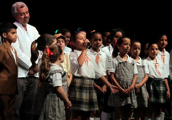 Juan Carlos Cremata con integrantes de la compañía infantil La Colmenita. Foto: Ladyrene Pérez/ Cubadebate.