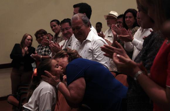 La esposa de Salvador Sánchez Cerén saluda a una niña integrante de la compañía infantil La Colmenita. Foto: Ladyrene Pérez/ Cubadebate.