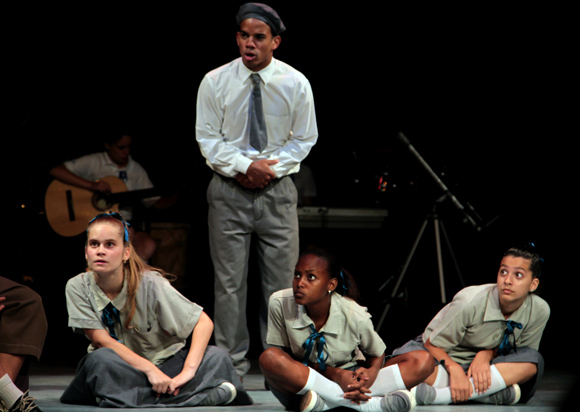 actuación del grupo teatral infantil La Colmenita con la obra Y sin embargo se mueve. Foto: Ladyrene Pérez/ Cubadebate.