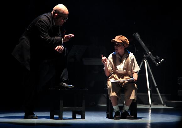 Y sin embargo se mueve es una obra original del dramaturgo ruso Alexander Jmélik. Foto: Ladyrene Pérez/ Cubadebate.