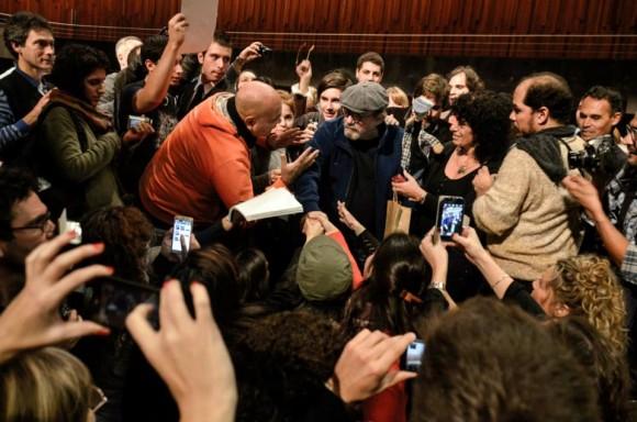 Silvio entre los admiradores y la prensa. Foto: Kaloián / Cubadebate
