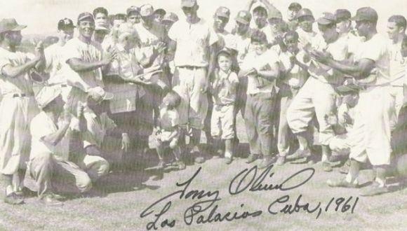 Tony Oliva al centro (juego despedida en Los  Palacios)