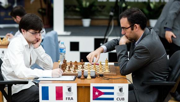 Maxime Vachier-Lagrave (izquierda) y Leinier Domínguez.