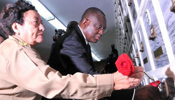 El vicepresidente de Angola, Manuel Domingos Vicente visita monumento a los veteranos de las guerras de independencia e internacionalistas; lo acompaña Teté Puebla. Foto: Ricardo López Hevia