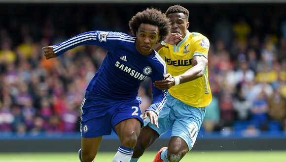 Willian lucha con un defensor del Crystal Palace