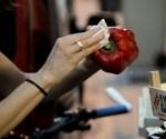 Una voluntaria española recoge alimentos de un contenedor. / EFE