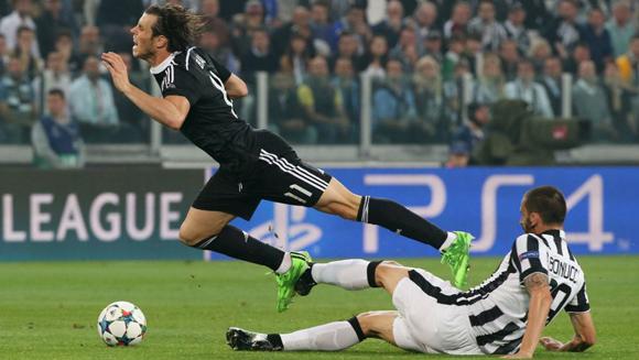 Bale sufre la entrada de Bonucci en el partido de ida.Foto: S. Rellandini / Reuters.