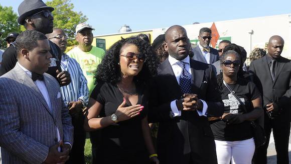 Malacka Reed, centro izquierda, habla durante una conferencia de prensa junto al Reverendo Jamal Bryant, a su izquierda, después de una protesta en Baltimore que cerró la entrada de la ciudad en la  mañana del martes.  Foto: The Baltimore Sun