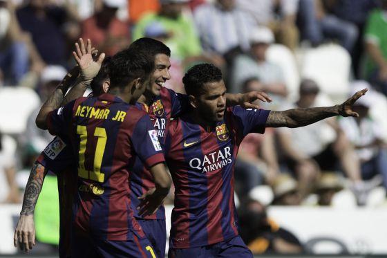 Neymar, Messi, Luis Suárez y Alves se abrazan tras uno de los goles del Barça frente al Córdoba. / Gonzalo Arroyo Moreno (Getty Images)