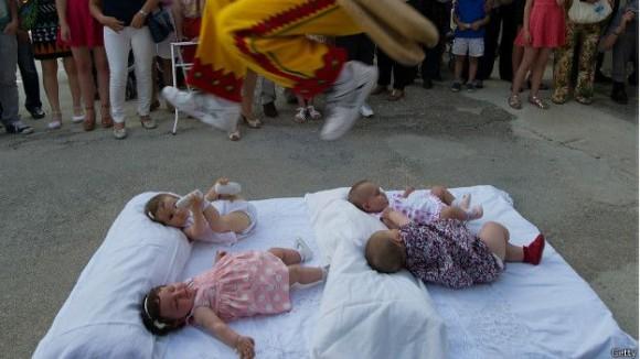 Festival anual de salto de bebés en España. Foto: Getty Images
