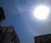 """El """"dron"""" y el sol del mediodía sobre la esquina del """"rascacielos"""" que bloquea la vista del mar de la plaza. Foto del autor."""