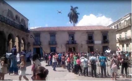 """Obsérvese al """"dron"""" justo a la izquierda de la Palma Real que está por encima del Museo Colonial. Foto del autor."""