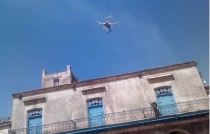 Foto tomada por el autor a un dron del tipo Hycopter mientras este último volaba y filmaba una acción plástica participativa en la Plaza de la Catedral de la Habana durante la 12ma bienal de La Habana. Metafilmación.