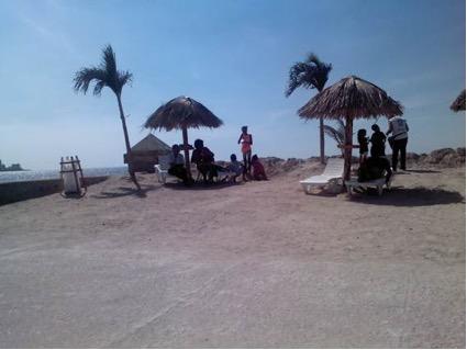 La playa de Centro Habana sobre el malecón. 12ma Bienal de la Habana.  Foto tomada por el autor.