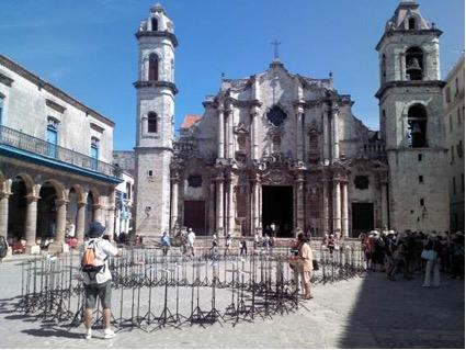 Instalación realizada con platillos de batería y tapas de cazuelas formando un gran número ocho frente a la Plaza de la Catedral. Foto el autor.