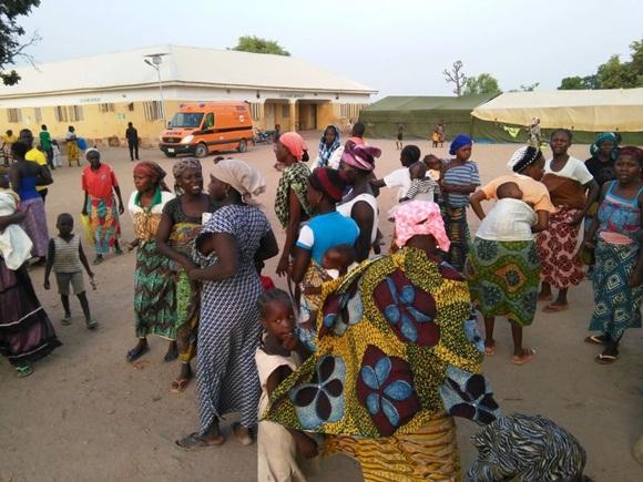 En la imagen, mujeres desplazadas por la violencia de Boko Haram al campo de refugiados Yola, reciben a otras mujeres y niños liberados de la selva de Sambisa por el ejército de Nigeria. Imagen tomada en Yola, Nigeria, el 2 de mayo de 2015. REUTERS/Afolabi Sotunde.