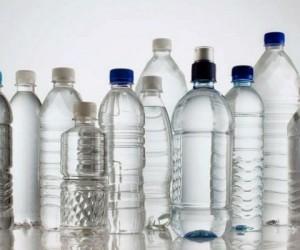 Foto: Botellas de plástico con agua.