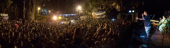 Miles de personas de todas diferentes generaciones escucharon, cantaron y bailaron con Buena Fe durante casi dos horas. Foto: Gabriel Davalos.