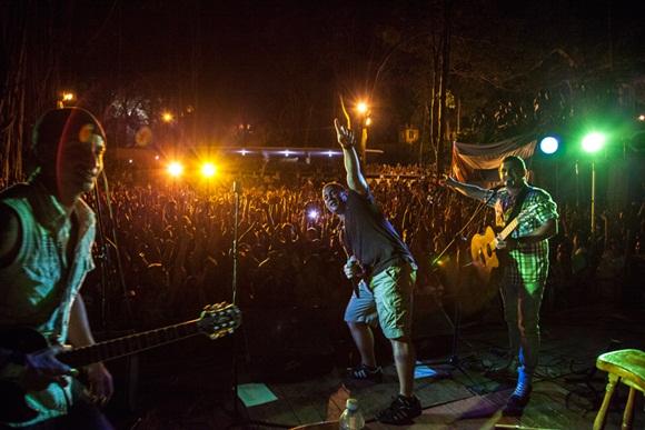 Sobre la medianoche, Israel detuvo el concierto por unos segundos pidió que todos levantaran sus manos para tomar una foto que publicarían en las redes sociales, para saludar y recordar a muchos cubanos que no viven en Cuba pero que estarían felices de estar esa noche en el concierto. Foto: Gabriel Davalos.