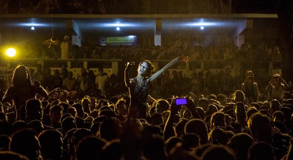 Cada persona disfruto el concierto a su manera; y como en los tiempos que corren, alguna que otra grabó su propio video cantando con Buena Fe, o se hizo un selfie para inmortalizar el momento. Foto: Gabriel Davalos.