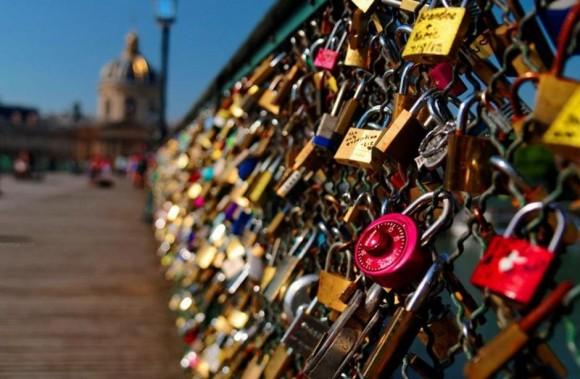 Los enamorados dejaban candados prendidos en la balaustrada, que suman toneladas de peso, lo que supone un riesgo para la estructura de la pasarela.