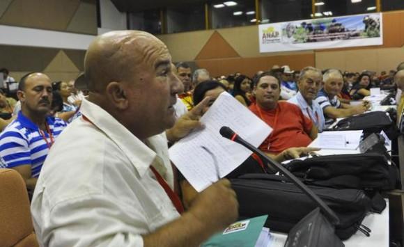Intervención de Israel Martin, de la provincia  Mayabeque, durante el trabajo en comisiones, en el XI Congreso de la Asociación Nacional de Agricultores Pequeños (ANAP), en el Palacio de las Convenciones, en La Habana, el 16 de mayo de 2015. AIN FOTO/Marcelino VAZQUEZ HERNANDEZ/rrcc