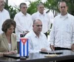 La ministra de Asuntos Sociales, Sanidad y Derechos de la Mujer de la República Francesa, Marisol Touraine (I), y Roberto Morales Ojeda (D), ministro cubano de Salud Pública, firman una Carta de Intención para el Refuerzo de la Cooperación Sanitaria, entre ambos países, en el Salón de Protocolo de El Laguito, en La Habana, Cuba, el 9 de mayo de 2015.  AIN FOTO/Oriol de la Cruz ATENCIO