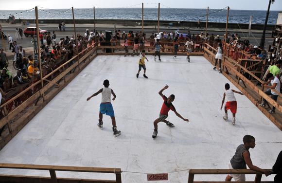 Pista de hielo, del norteamericano Duke Riley, ubicada en Malecón y Belascoaín. Foto: Ladyrene Pérez/ Cubadebate.