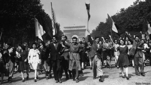 El miércoles 9 de mayo de 1945 fue el Día de la Victoria, y marcó la conclusión formal de la guerra de Hitler. El conflicto trajó seis años de miseria, sufrimiento, valentía y resistencia en la población. Al escuchar la noticia decenas de miles de personas se reunieron en las calles para celebrar. Foto: BBC