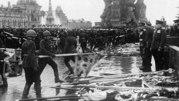 Soldados en la Plaza Roja de Moscú arrojaron pancartas nazis al pie de la tumba de Lenin durante el Día de la Victoria.