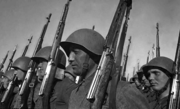 Miembros del Ejército Rojo con rifles automáticos SVT-40 y fusiles Mosin-Nagant. Foto: Archivo