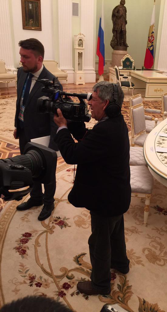 """""""Esperamos con interés la reunión de Putin con el líder cubano. ¿El cámara de la delegación cubana?"""", se pregunta el reportero Smirnov. La respuesta es sí: se trata de Antonio Gómez, El loquillo, Premio Nacional de Periodismo José Martí. Foto: Twitter"""