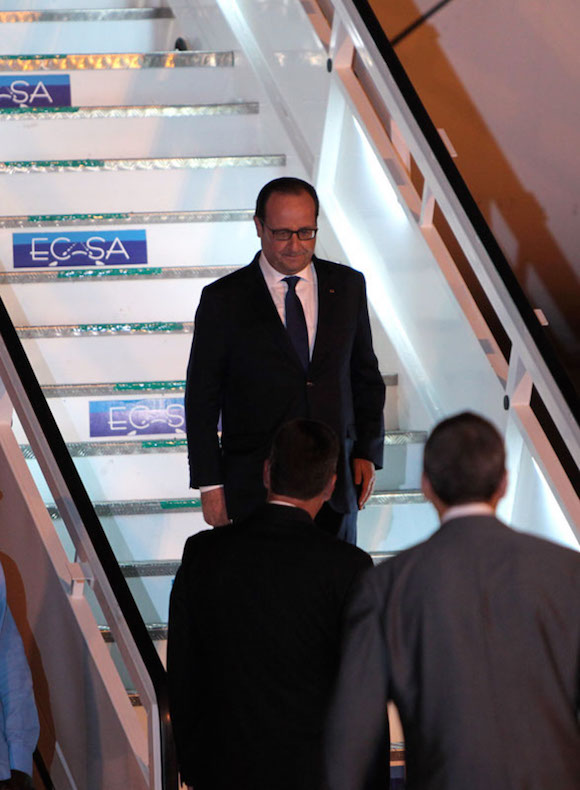 Llegada del Presidente de Francia Francois Holland a La Habana. Fue recibido en el Aeropuerto Internacional José Martí por el Vice Canciller cubano Rogelio Sierra. Foto; Ismael Francisco/Cubadebate.