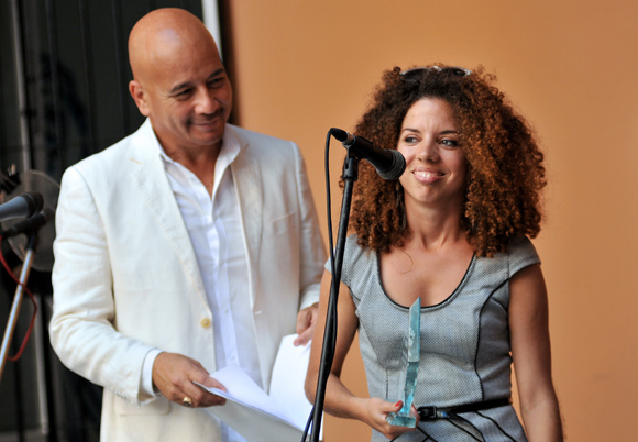 Celia González y Yunior Aguiar, el reconocimiento al Mejor Artista Joven del Año. Foto: Ladyrene Pérez/ Cubadebate.