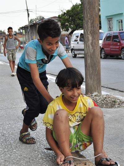 Aunque no dominan el idioma español, los niños asimilan los juegos y prácticas infantiles cubanas. Fotos: Lorenzo Crespo Silveira