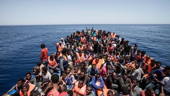 Inmigrantes en un barco de madera en Libia, en imagen del 14 de mayo pasado. Foto Reuters