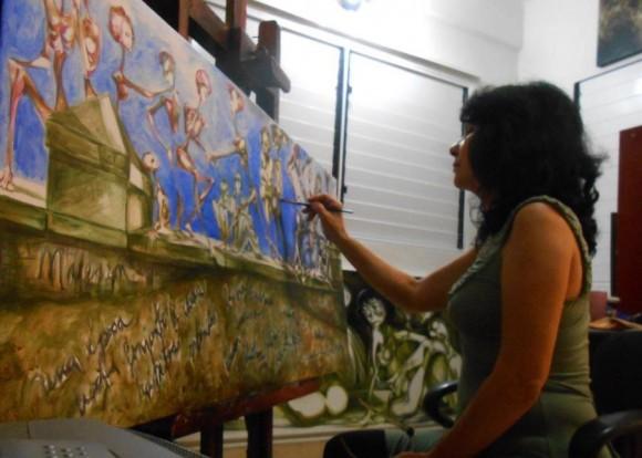 Isis de Lázaro mientras pintaba otra de las obras que se exhibirán en la exposición.