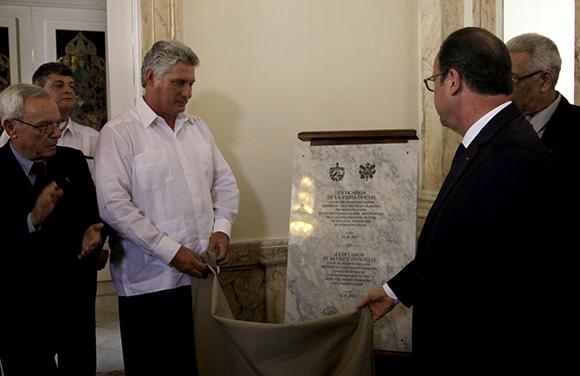 Acto de develación de la placa que deja inaugurada la nueva sede de la Alianza Francesa. Foto: Ismael Francisco/ Cubadebate