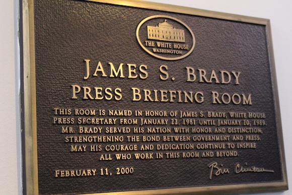 La tarja que advierte que estamos en el Salón James S. Brady, donde se producen las conferencias de prensa en la Casa Blanca. Foto: Jorge Legañoa/ AIN