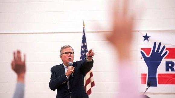 Jeb Bush durante un encuentro con periodistas en Nevada. Foto: Reuters.