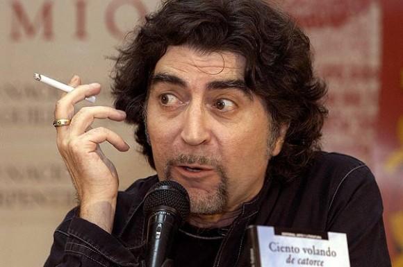 """Joaquín Sabina, en La Habana, presentando la edición cubana de """"Ciento volando de catorce"""" el 15 de febrero del 2006. Foto AFP."""