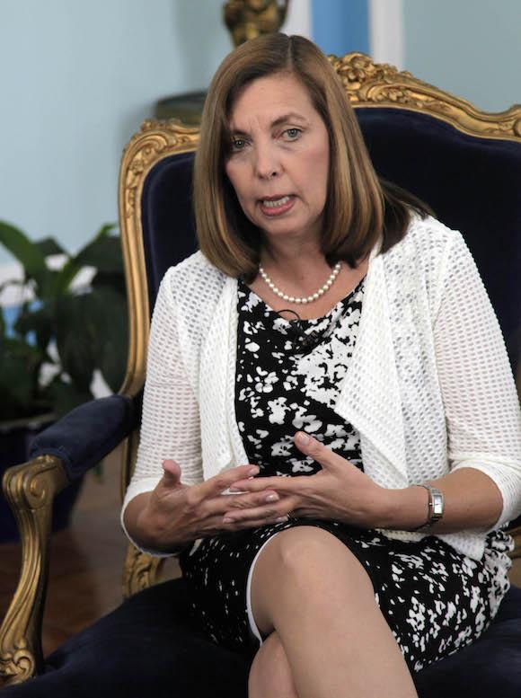 Josefina Vidal en un encuentro con la prensa cubana acreditada a la ronda de conversaciones Cuba-EEUU, en Washington. Foto: Ismael Francisco/ Cubadebate
