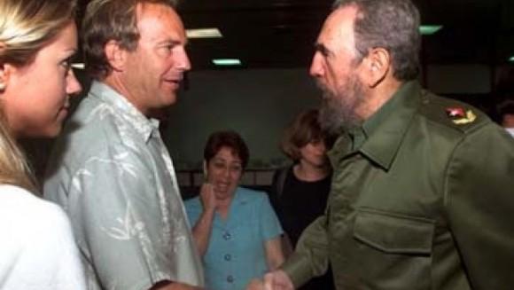 Kevin Costner con Fidel Castro en La Habana en abril de 2001. Foto: José Goitía / AP / Archivo de cubadebate