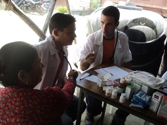 médicos cubanos nepal7