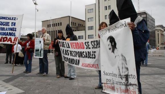 Una de las manifestaciones donde exigían justicia por la muerte del sacerdote chileno-británico Michael Woodward. Foto: Archivo